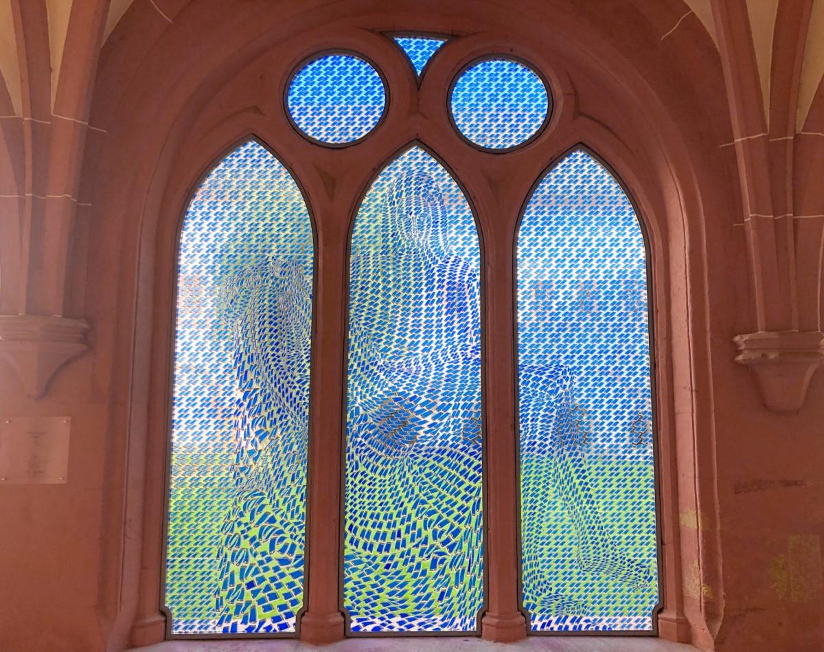 Das Bayrle-Fenster im Kreuzgang